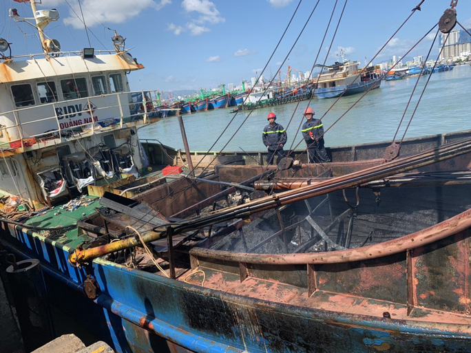 Khánh Hòa: Một tàu sắt bị cháy dữ dội - Ảnh 3.