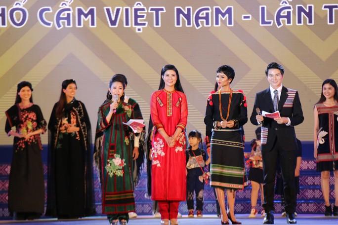 2 hoa hậu Ngọc Hân và H'Hen Niê tỏa sáng với trang phục thổ cẩm - Ảnh 4.