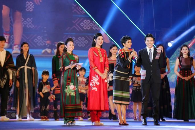 2 hoa hậu Ngọc Hân và H'Hen Niê tỏa sáng với trang phục thổ cẩm - Ảnh 5.