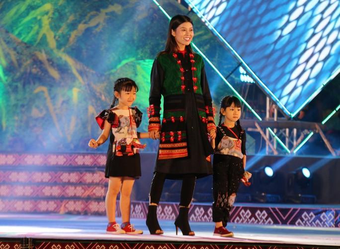 2 hoa hậu Ngọc Hân và H'Hen Niê tỏa sáng với trang phục thổ cẩm - Ảnh 3.