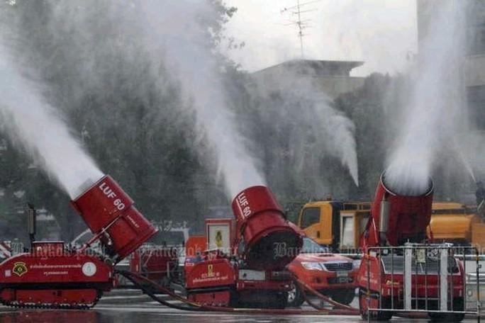 Bangkok ô nhiễm nặng, phải làm mưa nhân tạo - Ảnh 1.