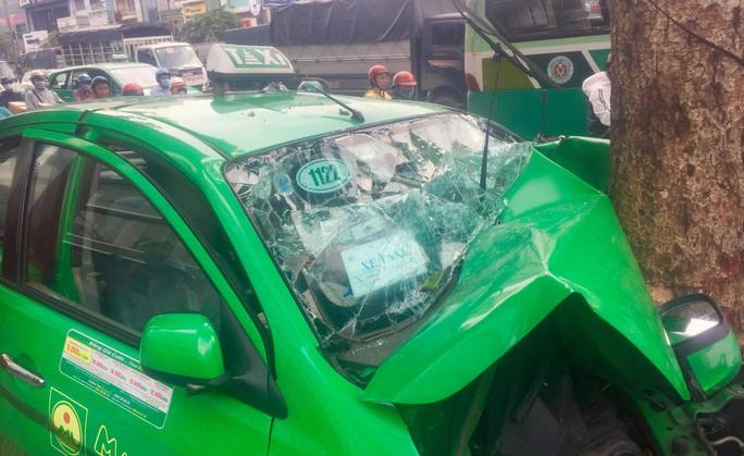 Taxi găm đầu vào gốc cây, 2 người chấn thương - Ảnh 2.
