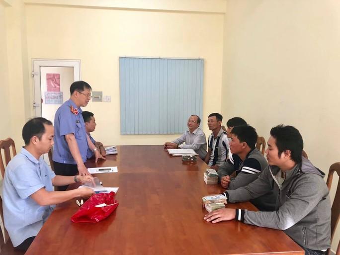 VKSND huyện Bình Chánh bồi thường 820 triệu đồng cho 3 thanh niên bị oan sai - Ảnh 1.