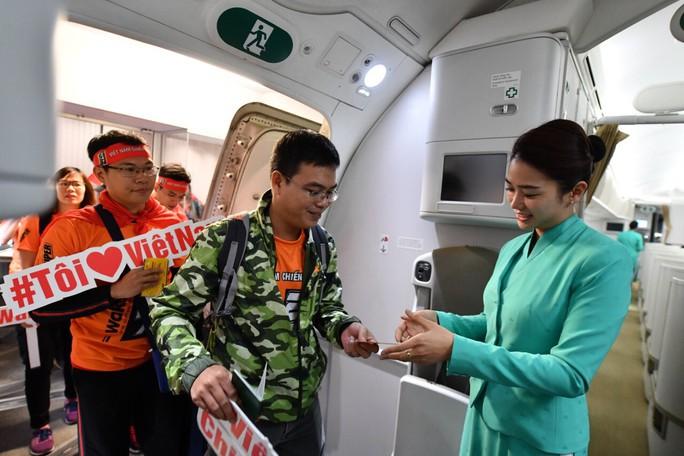 CĐV náo nức bay chuyên cơ sang UAE cổ vũ tuyển Việt Nam - Ảnh 6.