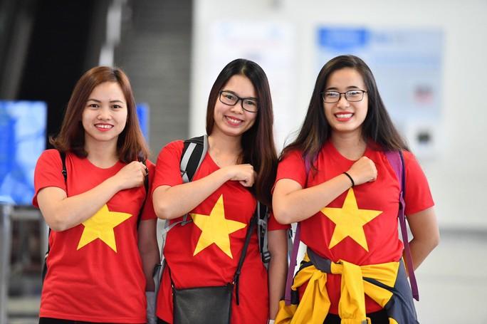 CĐV náo nức bay chuyên cơ sang UAE cổ vũ tuyển Việt Nam - Ảnh 3.