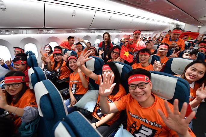 CĐV náo nức bay chuyên cơ sang UAE cổ vũ tuyển Việt Nam - Ảnh 7.