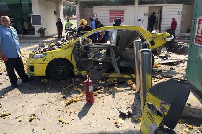 Đang bơm khí ở trạm xăng, taxi nổ tung - Ảnh 1.