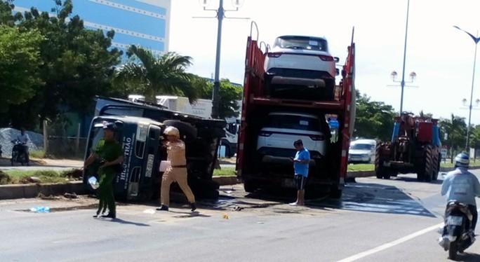 Xe container húc xe tưới cây, 2 công nhân cây xanh bị thương - Ảnh 1.