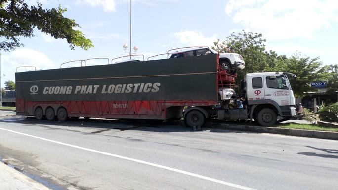 Xe container húc xe tưới cây, 2 công nhân cây xanh bị thương - Ảnh 2.