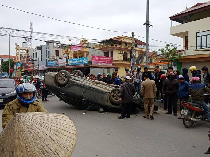 """Xế hộp"""" Camry bất ngờ bị tai nạn lật ngửa ở đường giao cắt vào bệnh viện - Ảnh 1."""