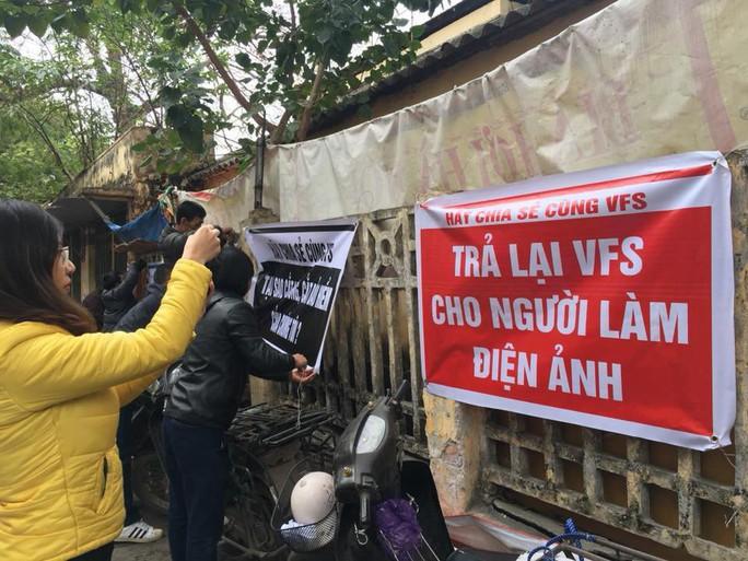 Các nghệ sĩ Hãng phim truyện Việt Nam căng băng rôn phản đối cắt lương, bảo hiểm - Ảnh 2.