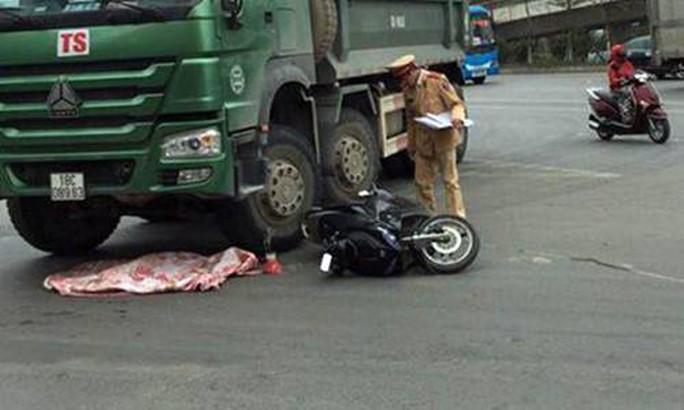 Xe máy va chạm với xe tải, cháu bé 2 tuổi văng xuống đường tử vong - Ảnh 1.