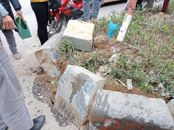 """Xế hộp"""" Camry bất ngờ bị tai nạn lật ngửa ở đường giao cắt vào bệnh viện - Ảnh 2."""