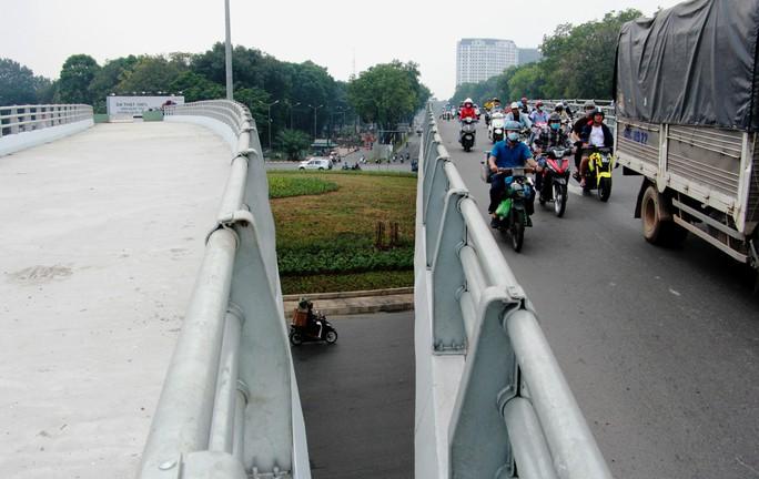 Ngày 18-1, thông xe cầu vượt nút giao Nguyễn Kiệm - Nguyễn Thái Sơn, xe đi thế nào? - Ảnh 1.