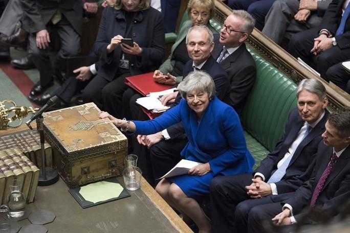 Brexit: Sống sót sau bỏ phiếu bất tín nhiệm, bà May xuống nước - Ảnh 1.
