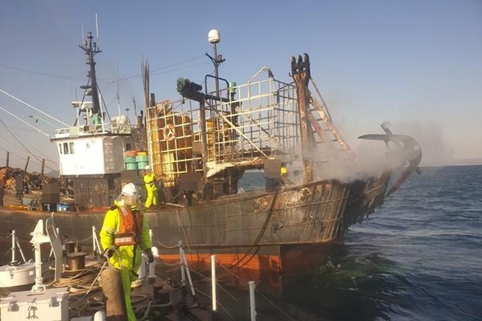 Tàu cá Hàn Quốc bốc cháy, hai thuyền viên người Việt gặp nạn - Ảnh 1.