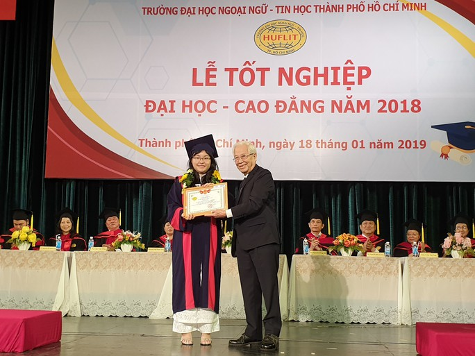 Sau 3 tháng chờ đợi, sinh viên HUFLIT đã được nhận bằng tốt nghiệp - Ảnh 1.