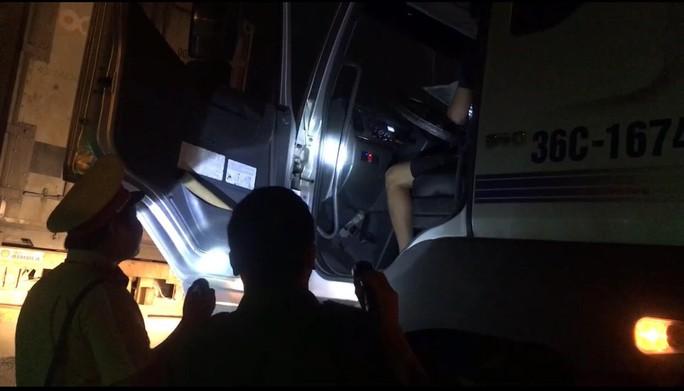 VIDEO: Trắng đêm truy xét tài xế nghiện ở chợ đầu mối Thủ Đức - Ảnh 10.