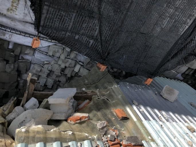 Cưỡng chế bức tường chắn khổng lồ sai phép treo đầu dân - Ảnh 3.