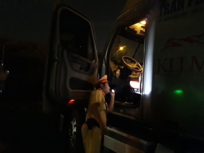 VIDEO: Trắng đêm truy xét tài xế nghiện ở chợ đầu mối Thủ Đức - Ảnh 7.