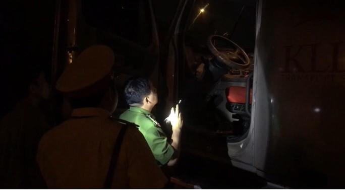 VIDEO: Trắng đêm truy xét tài xế nghiện ở chợ đầu mối Thủ Đức - Ảnh 13.