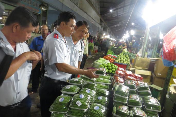 Kiểm tra an toàn thực phẩm ở chợ đầu mối Thủ Đức lúc rạng sáng - Ảnh 2.