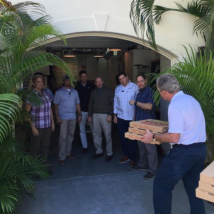 Mỹ: Cựu Tổng thống Bush đích thân giao pizza cho nhân viên mật vụ - Ảnh 1.