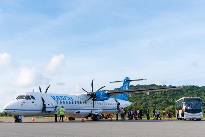 Nhiều chuyến bay đi Côn Đảo phải thay đổi do bão số 1 - Ảnh 1.