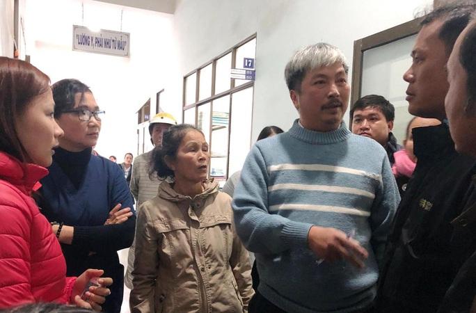 Quảng Ngãi giải thích vụ náo loạn khi sáp nhập bệnh viện - Ảnh 1.