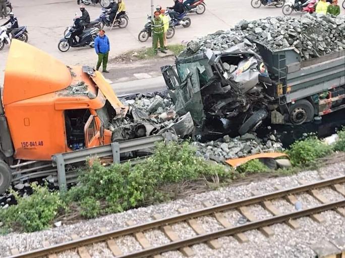 Xe tải chở đá đi sai làn đấu đầu kinh hoàng với xe container - Ảnh 2.