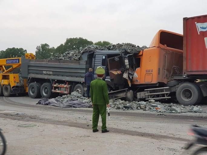 Xe tải chở đá đi sai làn đấu đầu kinh hoàng với xe container - Ảnh 1.