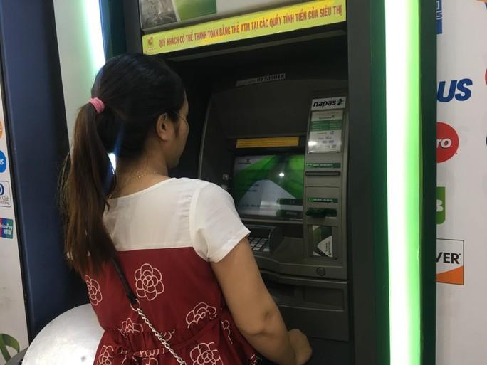 Chính phủ yêu cầu người dân đô thị đóng tiền điện, nước, học phí... qua ATM, POS - Ảnh 1.