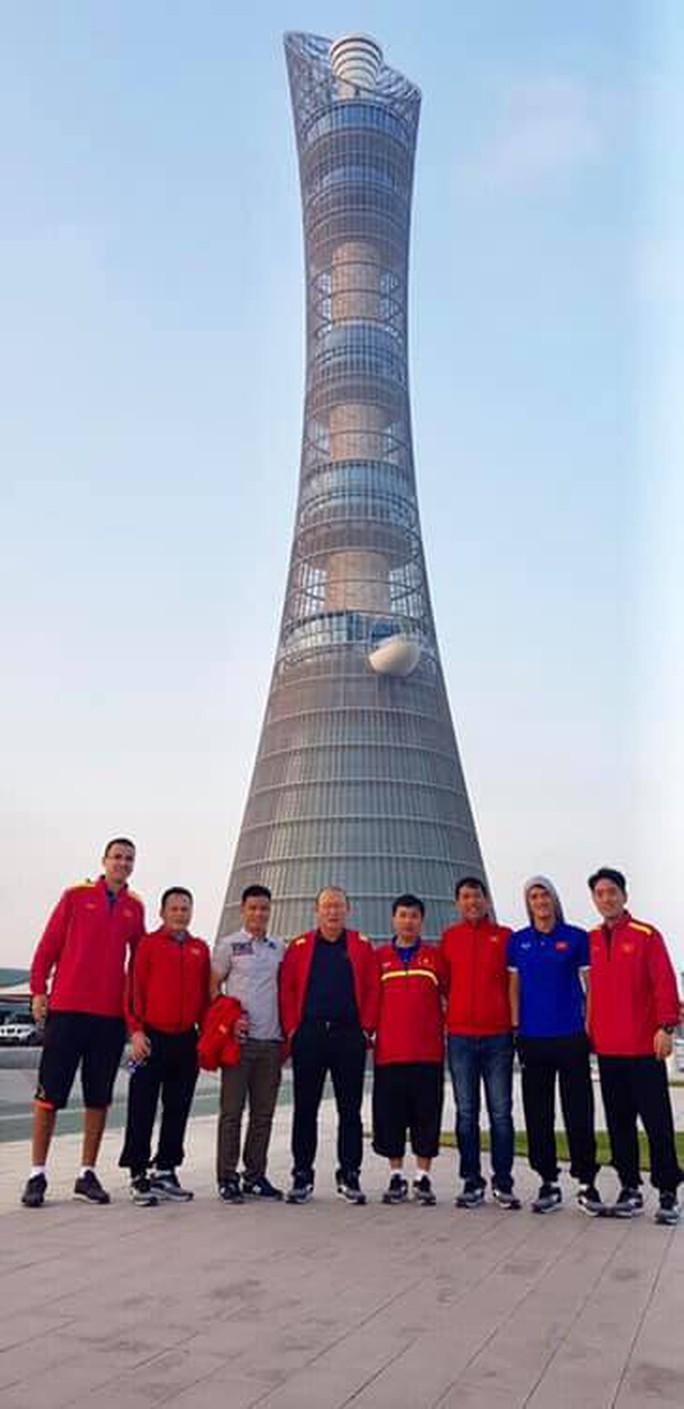 Tuyển Việt Nam xả trại, tham quan các siêu công trình xa hoa ở Qatar - Ảnh 1.