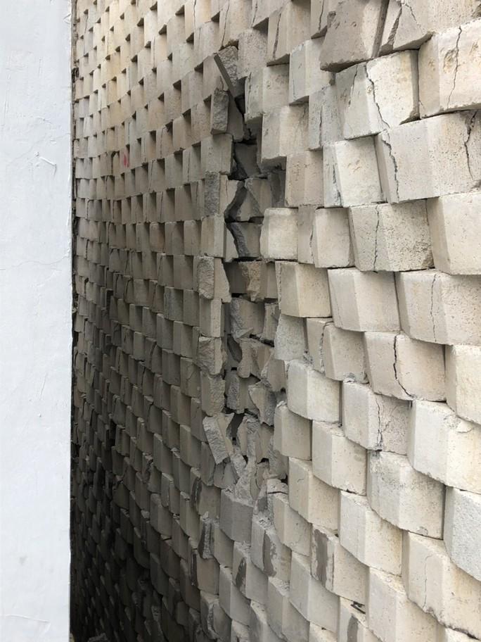 Vụ tường thành khổng lồ trên đầu dân: Sợ hãi vì gạch bắt đầu rớt xuống - Ảnh 2.