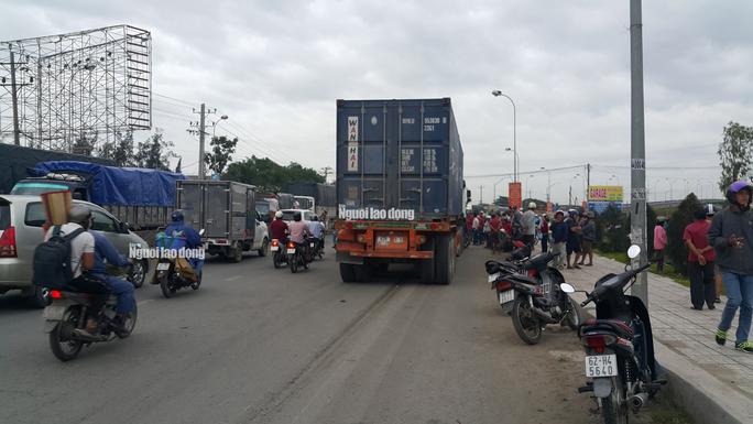 Xe container tông 18 xe máy dừng đèn đỏ ở Long An, 4 người chết, 18 người bị thương - Ảnh 4.