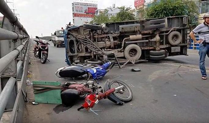 Xe tải lật nhào, nhiều người gào khóc vứt phương tiện bỏ chạy - Ảnh 3.
