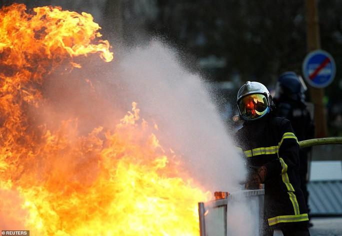Nước pháp rực lửa: Biểu tình tuần thứ 10, mang cả quan tài xuống đường - Ảnh 2.