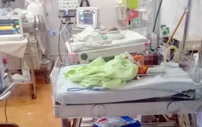 Cứu sống bé sơ sinh bị bỏ rơi trong đêm giá rét - Ảnh 2.