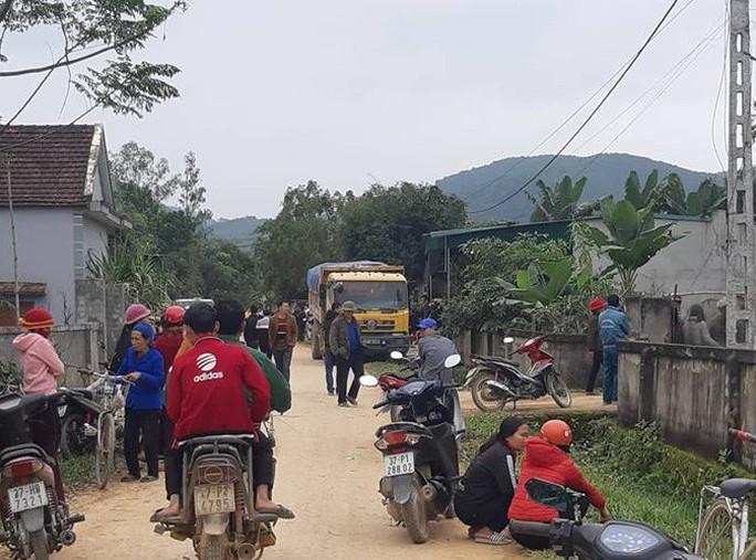 Bé 3 tuổi bị xe tải chở vật liệu xây dựng cán qua người trên đường làng - Ảnh 1.
