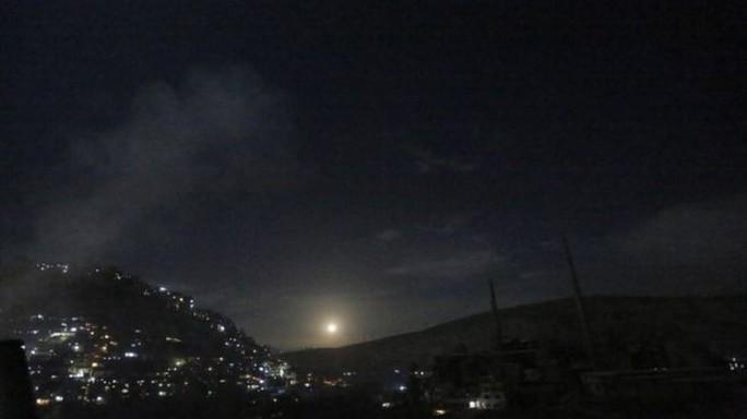 Syria hứng mưa tên lửa sau cảnh báo của Thủ tướng Israel - Ảnh 1.