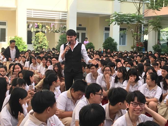 NSND Bạch Tuyết hát mừng 100 năm sân khấu cải lương với học sinh - Ảnh 1.