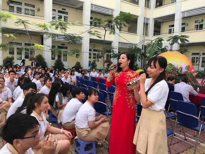 NSND Bạch Tuyết hát mừng 100 năm sân khấu cải lương với học sinh - Ảnh 5.