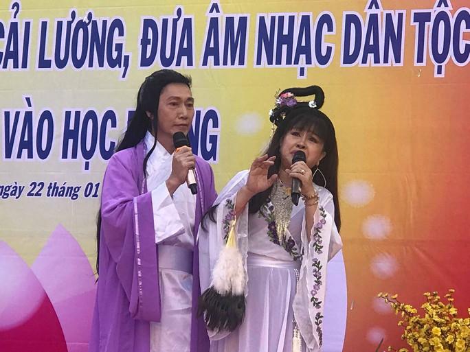 NSND Bạch Tuyết hát mừng 100 năm sân khấu cải lương với học sinh - Ảnh 3.