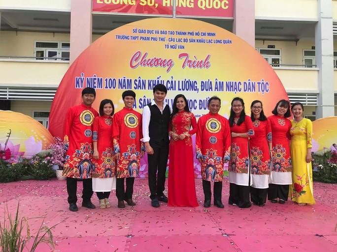 NSND Bạch Tuyết hát mừng 100 năm sân khấu cải lương với học sinh - Ảnh 2.