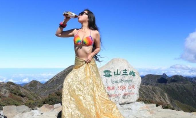 """Rơi xuống vực, """"người đẹp mặc bikini leo núi"""" chết cóng - Ảnh 2."""