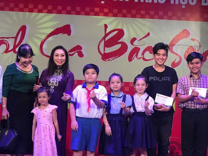 NSND Bạch Tuyết xúc động trong chương trình trao học bổng nhạc sĩ Bắc Sơn - Ảnh 1.