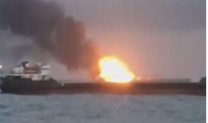 Hai tàu bốc cháy ngoài khơi Crimea, 14 người thiệt mạng - Ảnh 2.