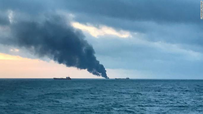 Hai tàu bốc cháy ngoài khơi Crimea, 14 người thiệt mạng - Ảnh 1.