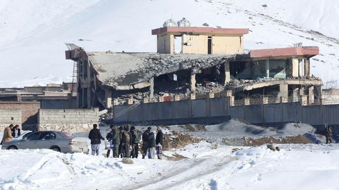 Taliban đánh bom tự sát bằng xe Humvee, hơn 100 người chết - Ảnh 2.