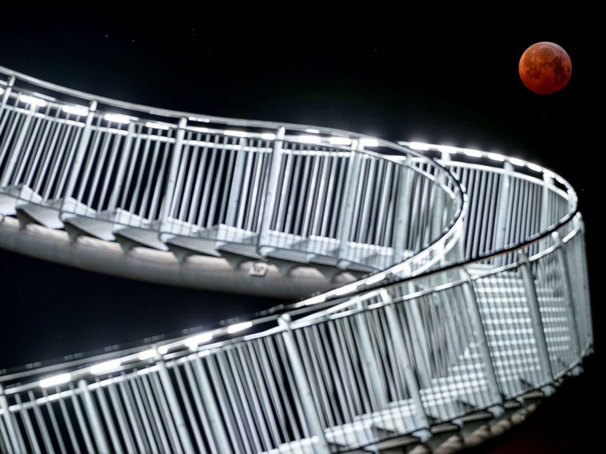 Xôn xao ánh sáng trắng lóe lên trong kỳ siêu trăng sói máu - Ảnh 2.